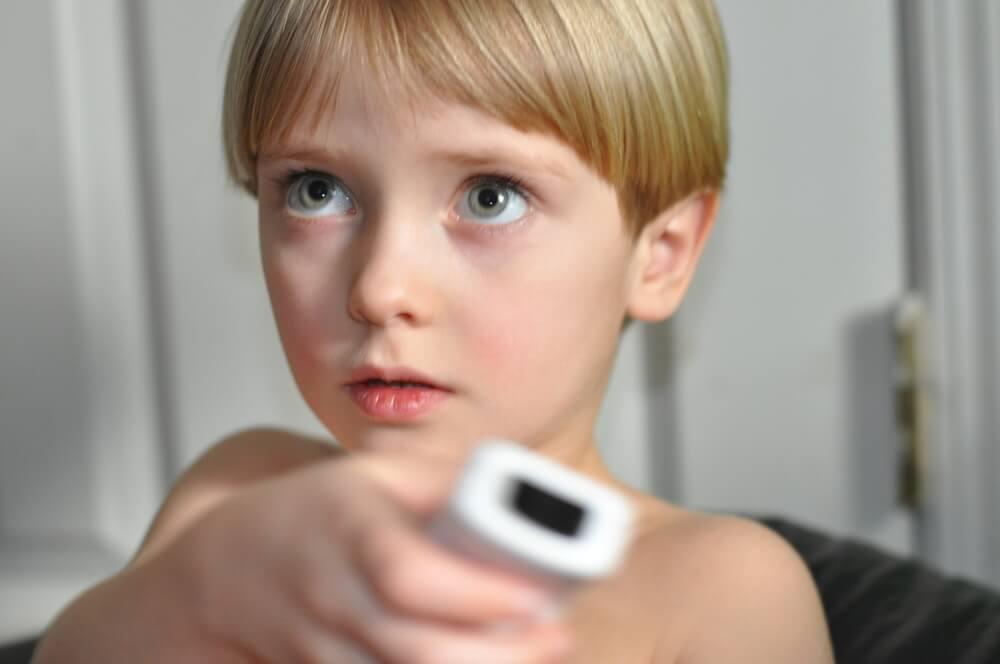 Kind spielt Wii